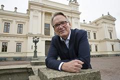 Torbjörn von Schantz framför universitetshuset. Foto.